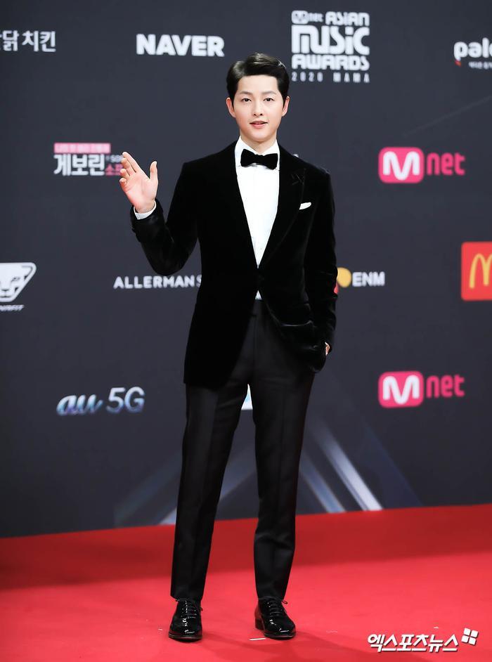 'MAMA 2020': Song Joong Ki rạng rỡ trên thảm đỏ cùng TWICE - GOT7, Jessi khoe vòng ba phản cảm Ảnh 46