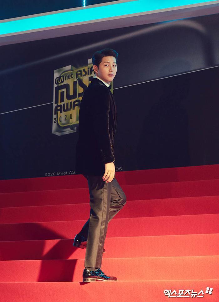 'MAMA 2020': Song Joong Ki rạng rỡ trên thảm đỏ cùng TWICE - GOT7, Jessi khoe vòng ba phản cảm Ảnh 42