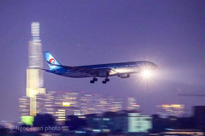 Lộ ảnh linh cữu nghệ sĩ Chí Tài nằm trơ trọi giữa sân bay vào đêm muộn