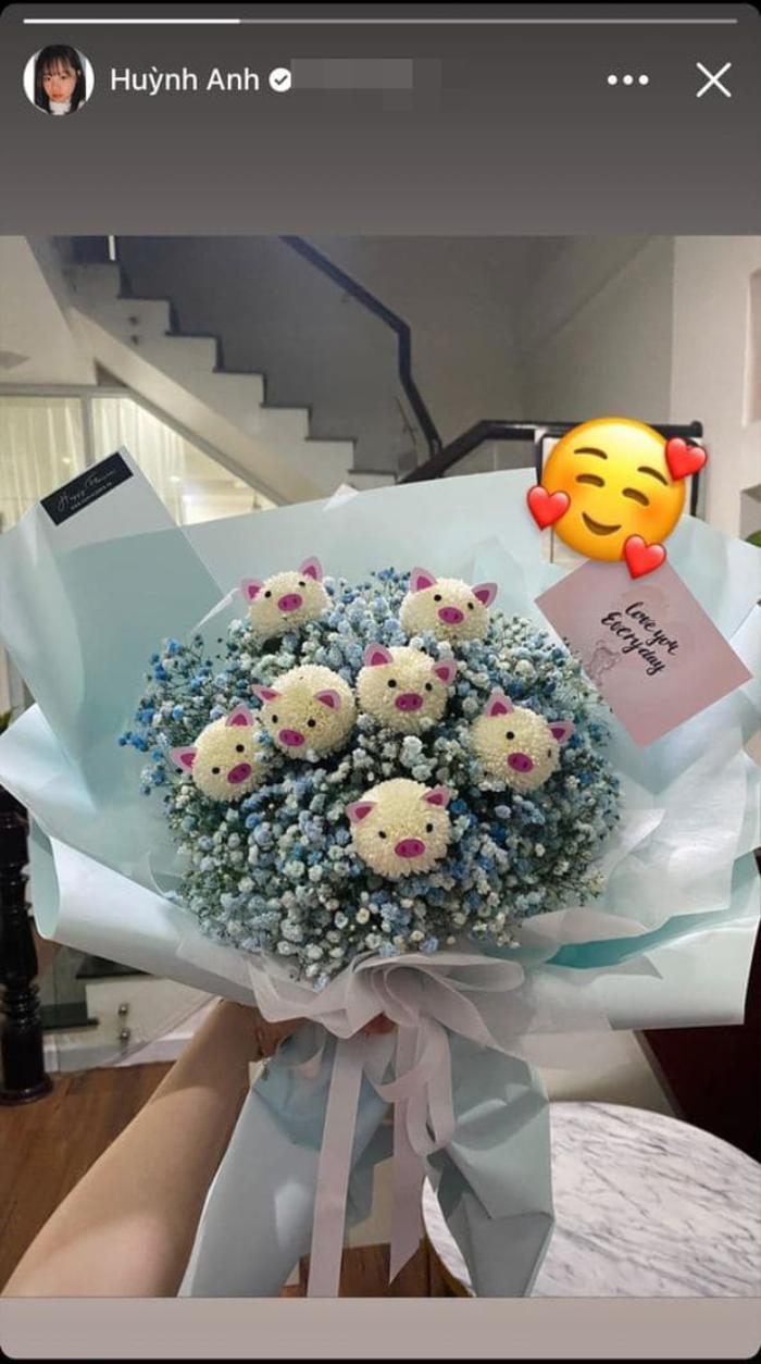 Tình cũ Quang Hải khoe được tặng hoa đêm Giáng sinh, kèm lời nhắn siêu ngọt ngào: 'Yêu em mỗi ngày'