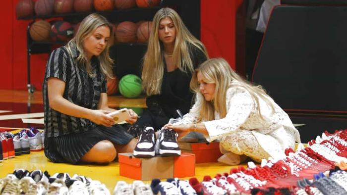 Choáng ngợp vì tủ giày sneaker lớn nhất thế giới hơn 6000 đôi Ảnh 1