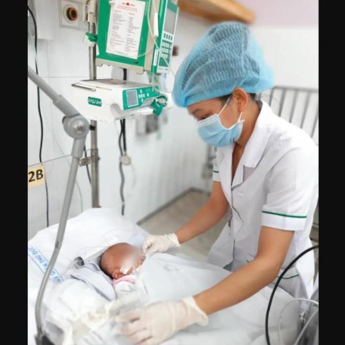 Sản phụ 18 tuổi sinh con trong nhà vệ sinh bệnh viện rồi mang bỏ vào thùng rác Ảnh 1