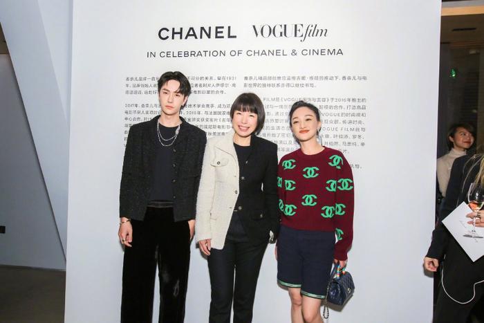 Vương Nhất Bác 'học lỏm' G-Dragon lên đồ với áo khoác vải tweed điểm xuyến cài khuy sành điệu Ảnh 7