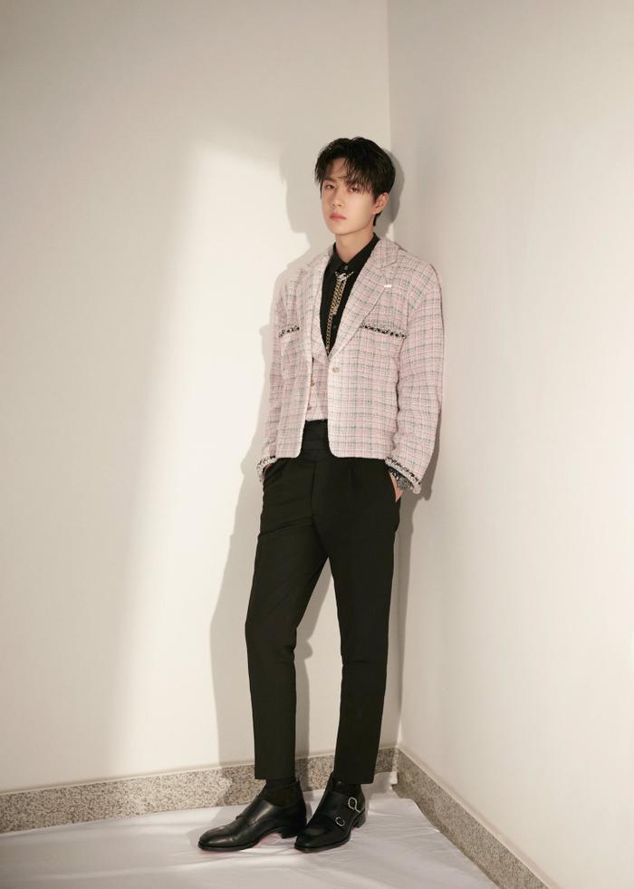 Vương Nhất Bác 'học lỏm' G-Dragon lên đồ với áo khoác vải tweed điểm xuyến cài khuy sành điệu Ảnh 11
