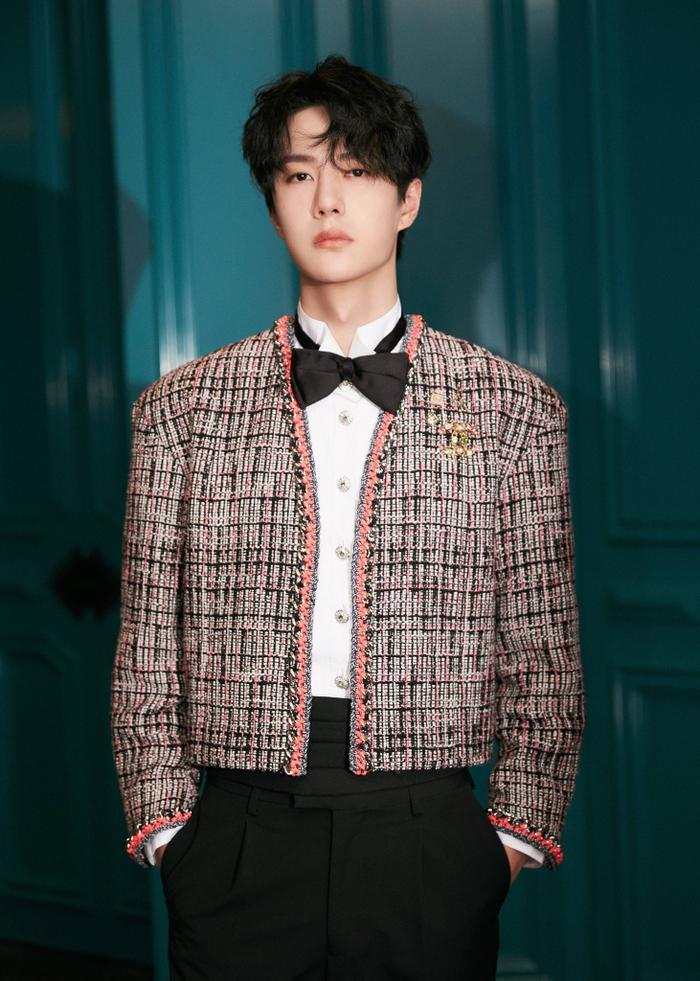 Vương Nhất Bác 'học lỏm' G-Dragon lên đồ với áo khoác vải tweed điểm xuyến cài khuy sành điệu Ảnh 9