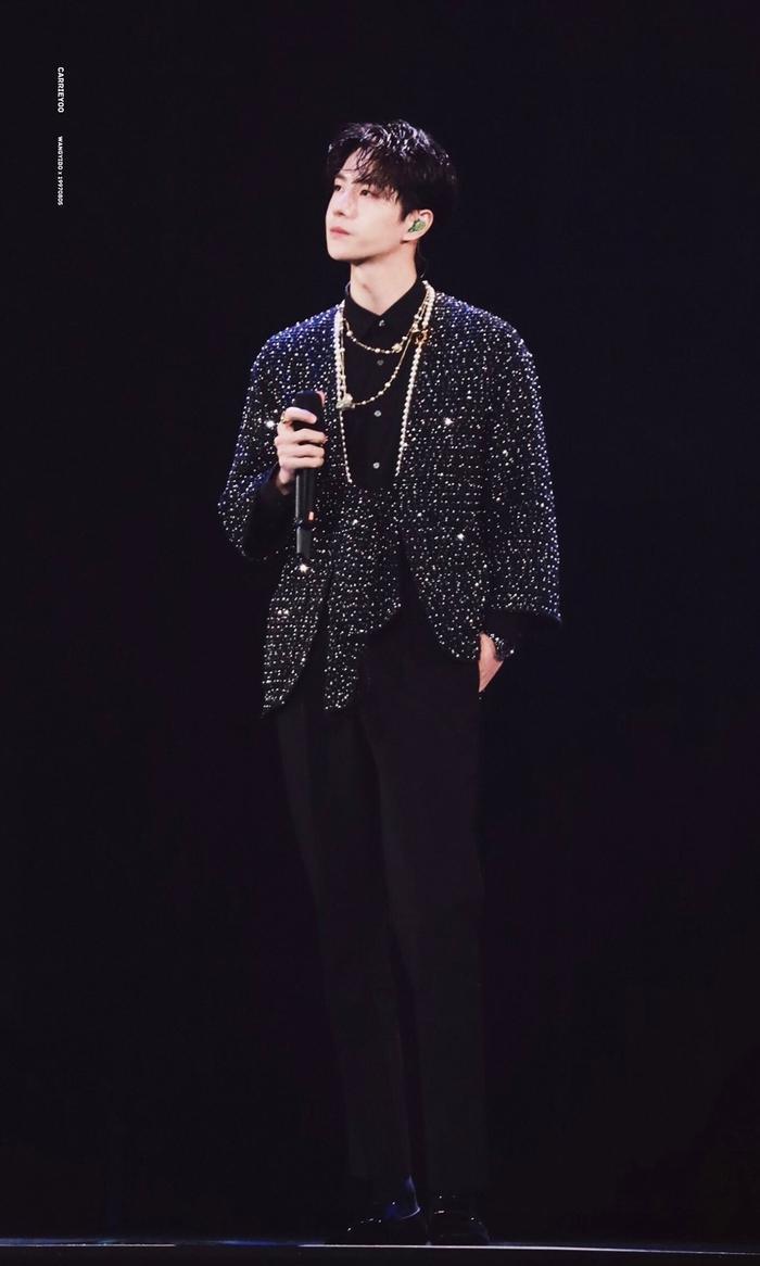 Vương Nhất Bác 'học lỏm' G-Dragon lên đồ với áo khoác vải tweed điểm xuyến cài khuy sành điệu Ảnh 8