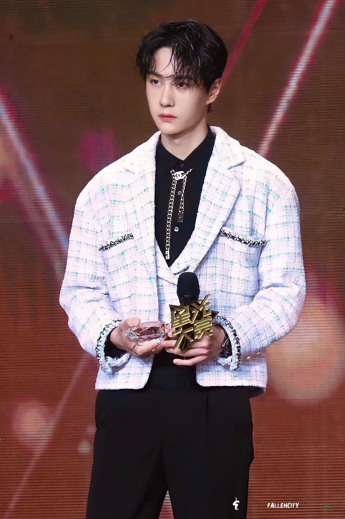 Vương Nhất Bác 'học lỏm' G-Dragon lên đồ với áo khoác vải tweed điểm xuyến cài khuy sành điệu Ảnh 12