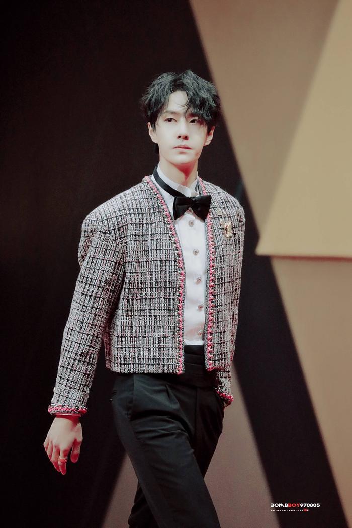 Vương Nhất Bác 'học lỏm' G-Dragon lên đồ với áo khoác vải tweed điểm xuyến cài khuy sành điệu Ảnh 10