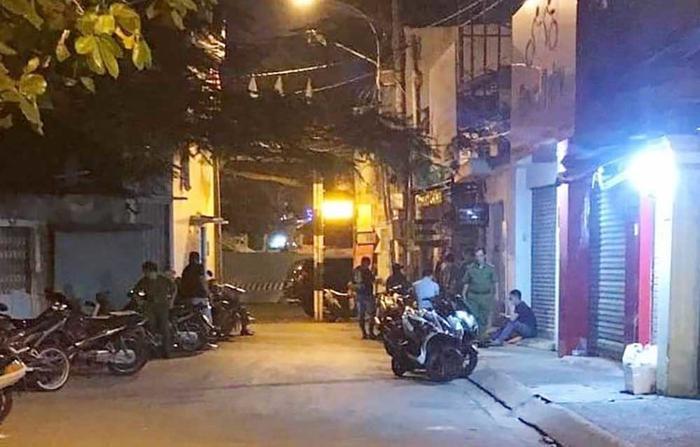 Tá hỏa phát hiện thanh niên tử vong trong tư thế quỳ gối, đầu quấn kín băng keo trong căn nhà ở Sài Gòn Ảnh 1