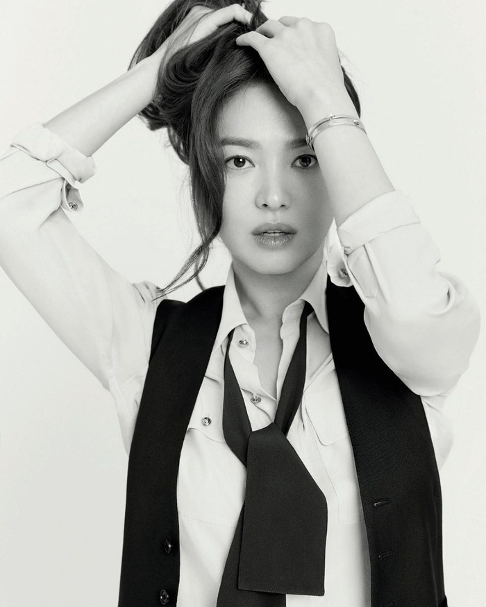 Song Hye Kyo khoe 'bạn nam' dịp Noel, Goo Hye Sun xuống tóc giống Sulli, Ahn Jae Hyun an yên bên mèo cưng Ảnh 1
