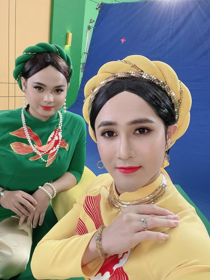 Tái xuất hình ảnh 'chị em cà khịa', Huỳnh Lập - Lê Nhân chưng diện sương sương ăn dài từ Noel tới Tết Ảnh 2