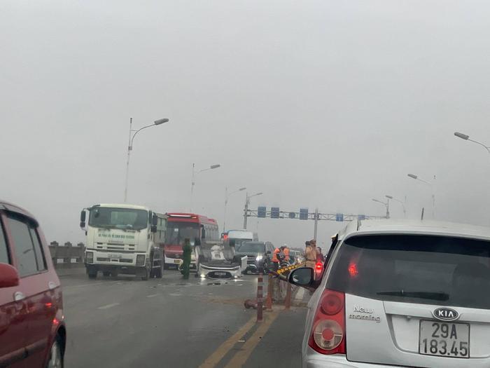 Ô tô mất lái lật ngửa sau va chạm giao thông trên cầu Vĩnh Tuy, nữ tài xế nhập viện cấp cứu Ảnh 1