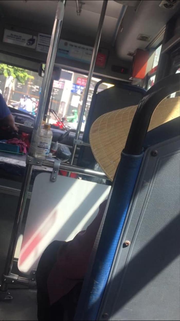 Gặp cụ bà 94 tuổi trên xe buýt, tài xế và lơ xe bỗng chốc thay đổi thái độ khiến nhiều người bất ngờ Ảnh 2