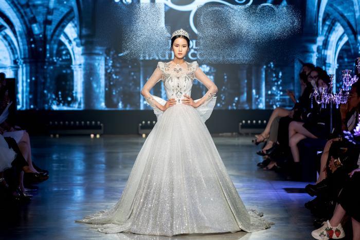 Á hậu Kiều Loan khoe khuôn ngực căng tròn, diện váy cưới xinh như mộng, nhìn tới Tiểu Vy mới bất ngờ Ảnh 2