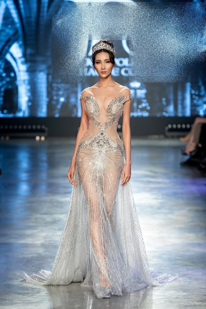 Á hậu Kiều Loan khoe khuôn ngực căng tròn, diện váy cưới xinh như mộng, nhìn tới Tiểu Vy mới bất ngờ Ảnh 3