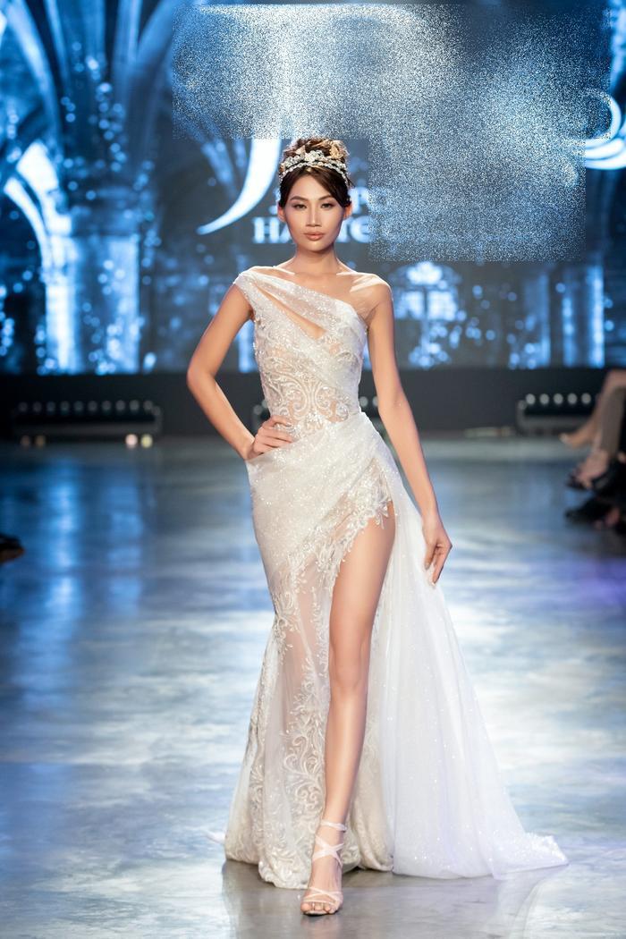 Á hậu Kiều Loan khoe khuôn ngực căng tròn, diện váy cưới xinh như mộng, nhìn tới Tiểu Vy mới bất ngờ Ảnh 4