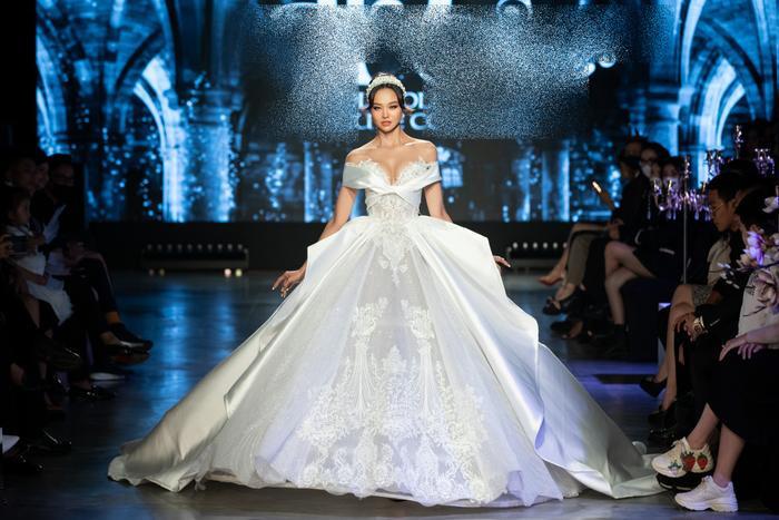 Á hậu Kiều Loan khoe khuôn ngực căng tròn, diện váy cưới xinh như mộng, nhìn tới Tiểu Vy mới bất ngờ Ảnh 5