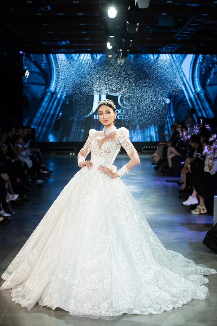 Á hậu Kiều Loan khoe khuôn ngực căng tròn, diện váy cưới xinh như mộng, nhìn tới Tiểu Vy mới bất ngờ Ảnh 6