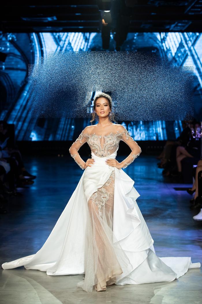 Á hậu Kiều Loan khoe khuôn ngực căng tròn, diện váy cưới xinh như mộng, nhìn tới Tiểu Vy mới bất ngờ Ảnh 7