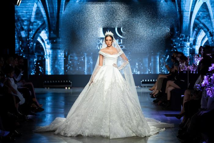 Á hậu Kiều Loan khoe khuôn ngực căng tròn, diện váy cưới xinh như mộng, nhìn tới Tiểu Vy mới bất ngờ Ảnh 8