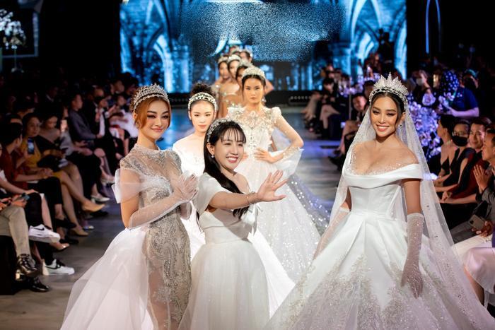 Á hậu Kiều Loan khoe khuôn ngực căng tròn, diện váy cưới xinh như mộng, nhìn tới Tiểu Vy mới bất ngờ Ảnh 10