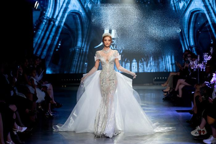 Á hậu Kiều Loan khoe khuôn ngực căng tròn, diện váy cưới xinh như mộng, nhìn tới Tiểu Vy mới bất ngờ Ảnh 1