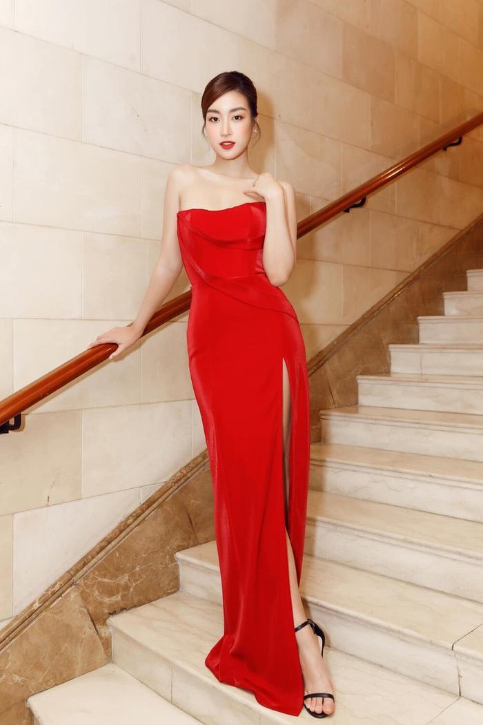 Ngọc Trinh, Đỗ Thị Hà chưng diện váy đỏ cắt xẻ khoe hình thể dự tiệc cuối năm Ảnh 4