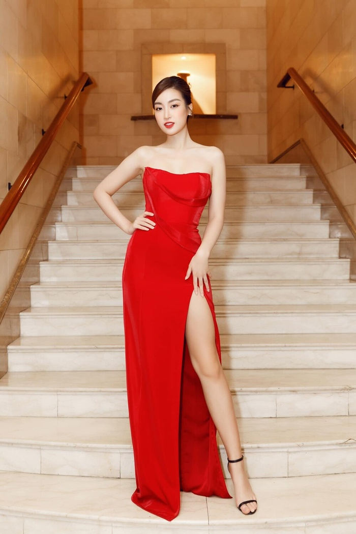 Ngọc Trinh, Đỗ Thị Hà chưng diện váy đỏ cắt xẻ khoe hình thể dự tiệc cuối năm Ảnh 3