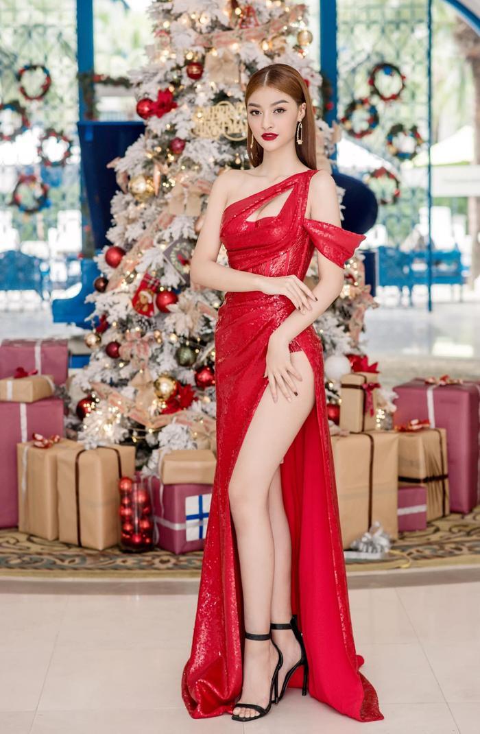 Ngọc Trinh, Đỗ Thị Hà chưng diện váy đỏ cắt xẻ khoe hình thể dự tiệc cuối năm Ảnh 1