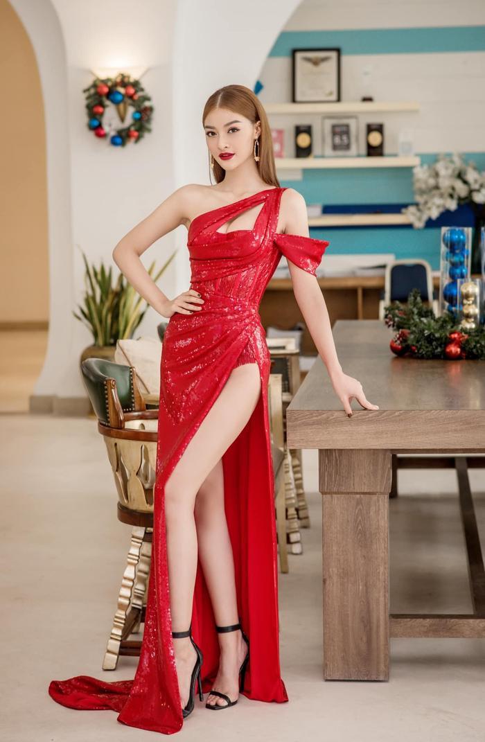 Ngọc Trinh, Đỗ Thị Hà chưng diện váy đỏ cắt xẻ khoe hình thể dự tiệc cuối năm Ảnh 2