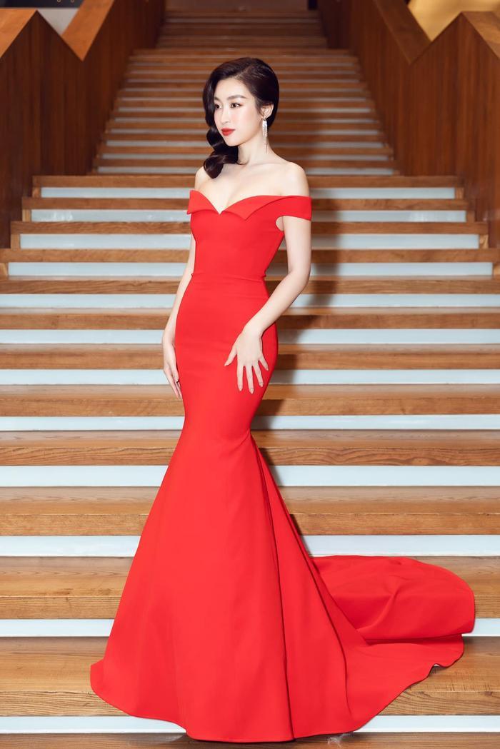 Ngọc Trinh, Đỗ Thị Hà chưng diện váy đỏ cắt xẻ khoe hình thể dự tiệc cuối năm Ảnh 6