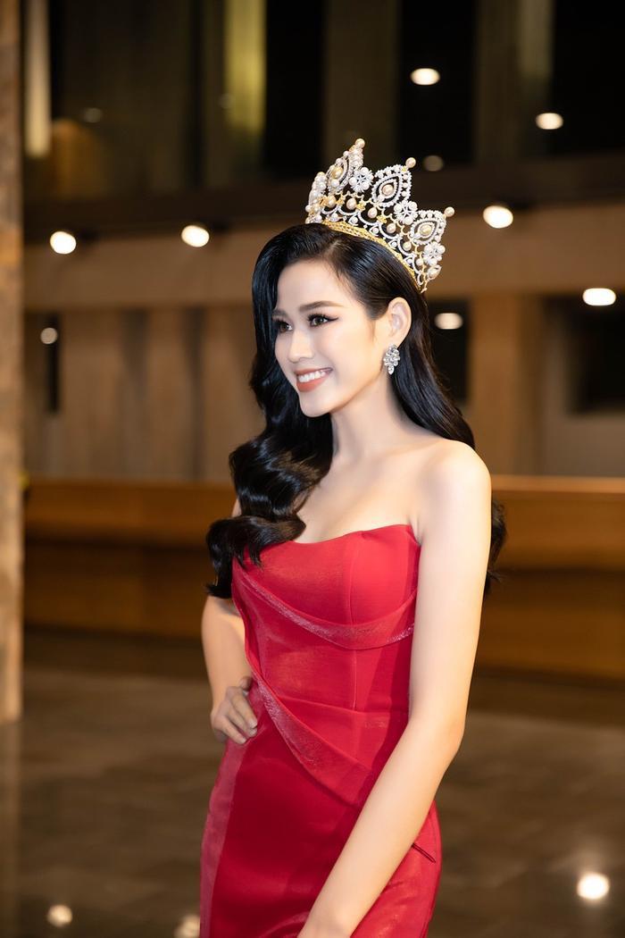 Ngọc Trinh, Đỗ Thị Hà chưng diện váy đỏ cắt xẻ khoe hình thể dự tiệc cuối năm Ảnh 8