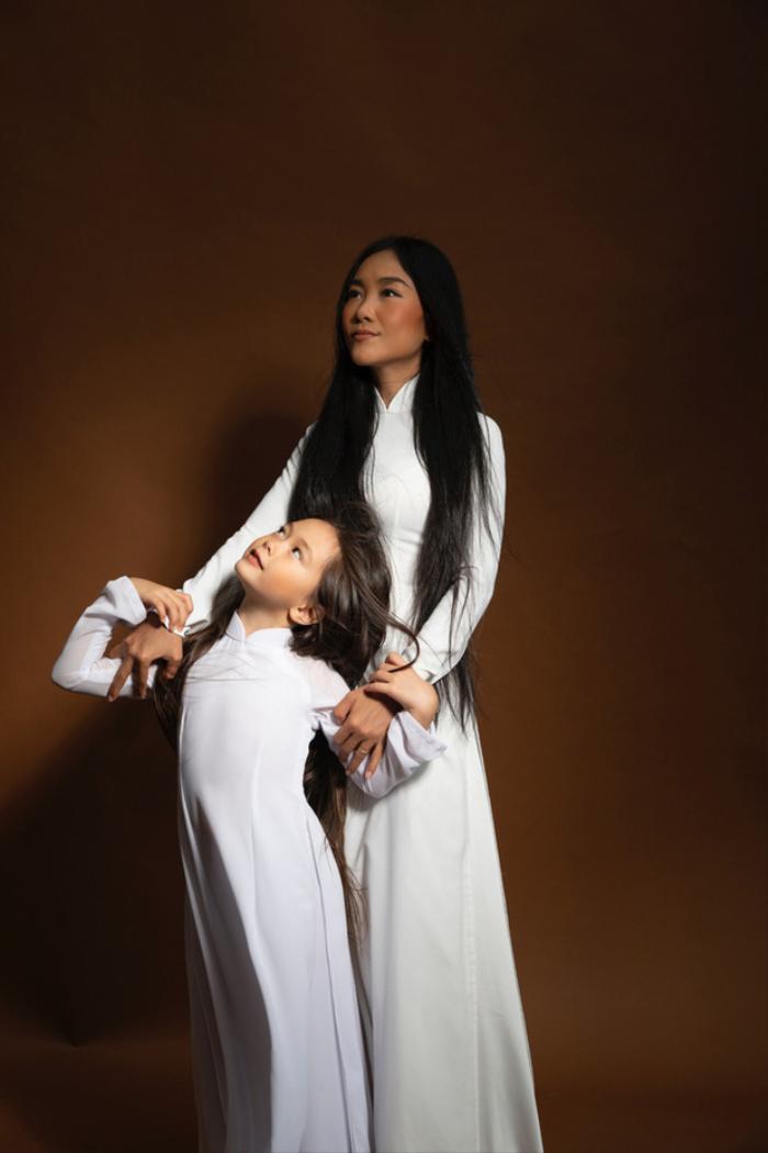 Con gái Đoan Trang tự trang điểm, biểu cảm đáng yêu hút nghìn lượt like Ảnh 6