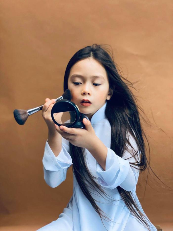 Con gái Đoan Trang tự trang điểm, biểu cảm đáng yêu hút nghìn lượt like Ảnh 5
