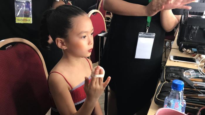 Con gái Đoan Trang tự trang điểm, biểu cảm đáng yêu hút nghìn lượt like Ảnh 1