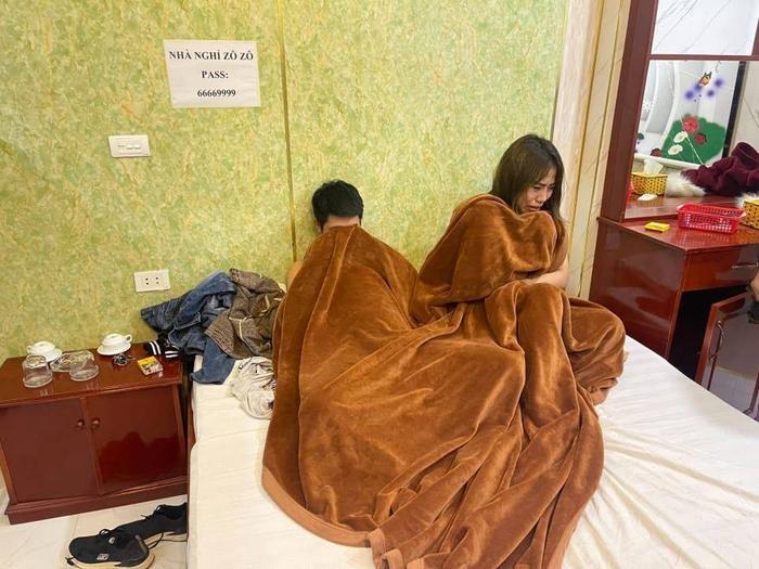 Tú bà 23 tuổi môi giới gái mại dâm bị bắt quả tang khi đang 'mây mưa' với khách ở nhà nghỉ Ảnh 1