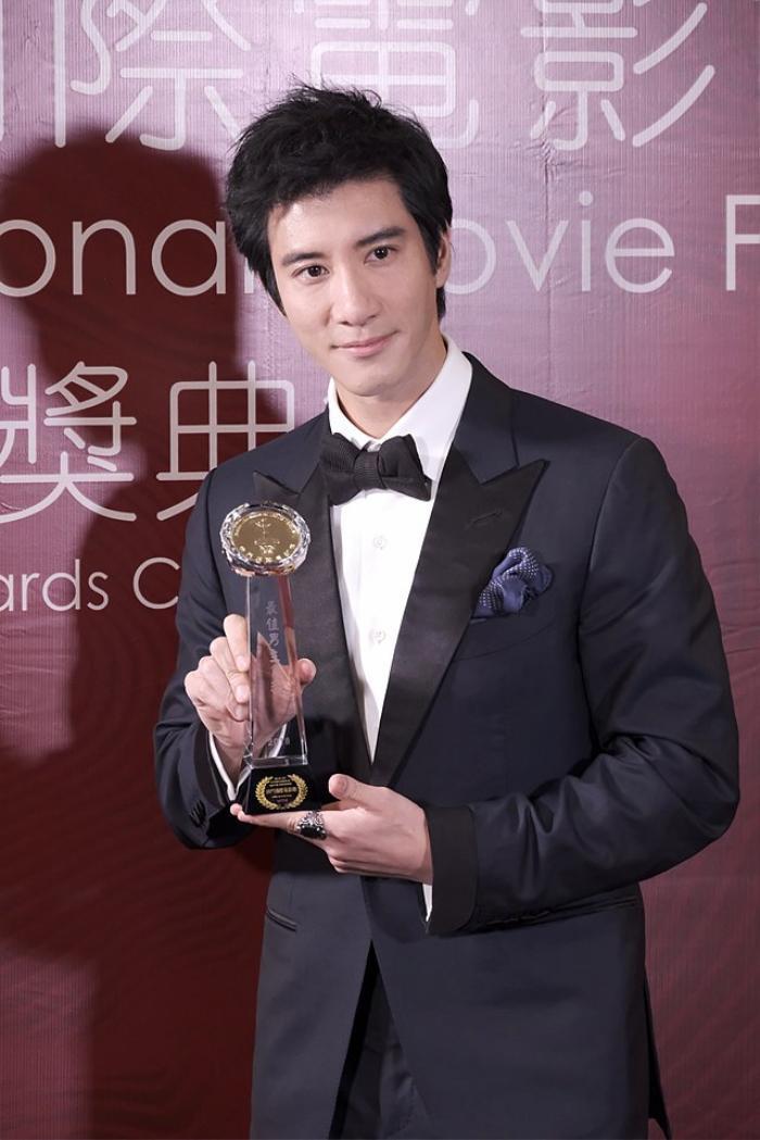 Vương Nhất Bác hợp tác với nghệ sĩ đa tài của Châu Á trên sân khấu mừng năm mới Ảnh 9