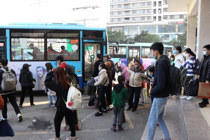 Nghỉ lễ tận 3 ngày, bến xe Hà Nội vẫn vắng khách về quê nghỉ Tết Dương lịch Ảnh 20