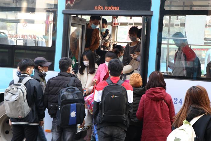 Nghỉ lễ tận 3 ngày, bến xe Hà Nội vẫn vắng khách về quê nghỉ Tết Dương lịch Ảnh 19