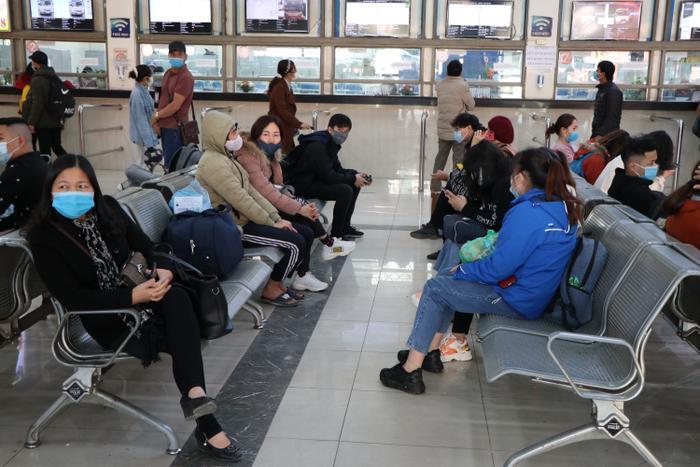Nghỉ lễ tận 3 ngày, bến xe Hà Nội vẫn vắng khách về quê nghỉ Tết Dương lịch Ảnh 16