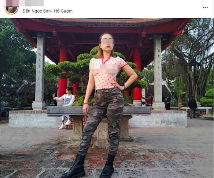 Người phụ nữ thả rông ngực ở Sài Gòn lại đến thăm đền Ngọc Sơn với kiểu áo không nội y, tạo dáng phản cảm Ảnh 3