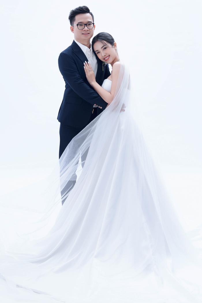 Á hậu Thúy An đẹp rạng ngời trong bộ ảnh cưới, e ấp hạnh phúc bên chồng tiến sĩ Ảnh 4