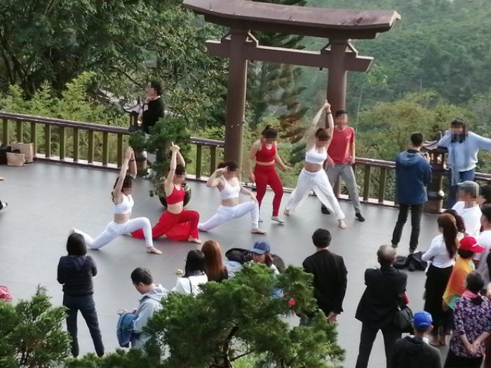 Nhóm phụ nữ bị chỉ trích khi mặc áo hở bụng, khoét nách xuất hiện tại chùa Linh Quy Pháp Ấn Ảnh 3