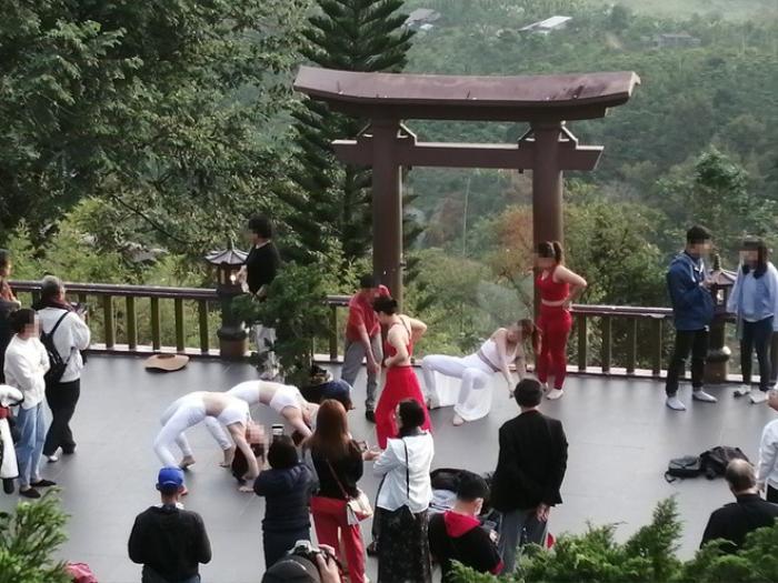 Nhóm phụ nữ bị chỉ trích khi mặc áo hở bụng, khoét nách xuất hiện tại chùa Linh Quy Pháp Ấn Ảnh 2
