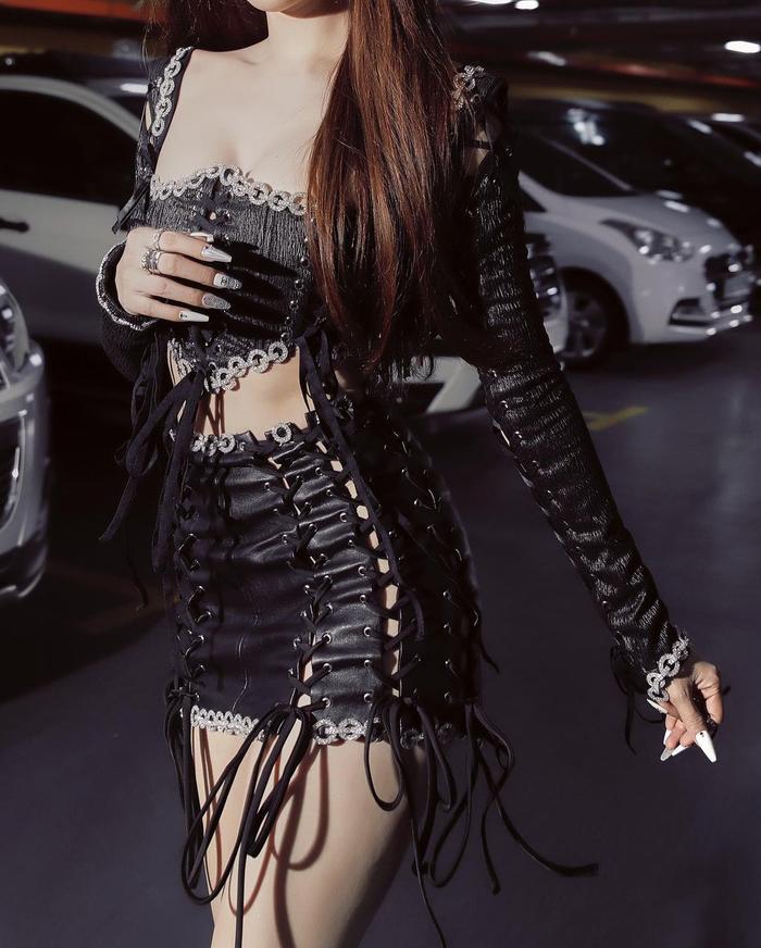 Mặc váy ngắn như gang tay, Ngọc Trinh dùng mẹo cực hay để tránh lộ nội y khi xuống xe Ảnh 4