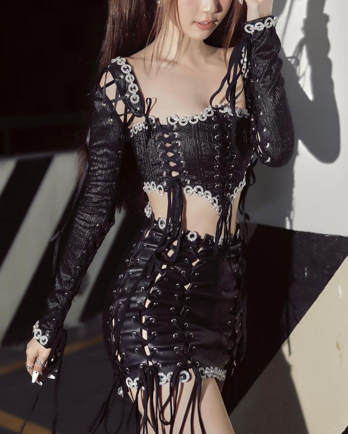 Mặc váy ngắn như gang tay, Ngọc Trinh dùng mẹo cực hay để tránh lộ nội y khi xuống xe Ảnh 10