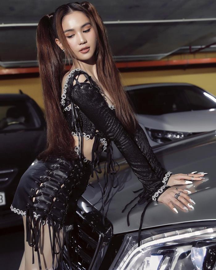 Mặc váy ngắn như gang tay, Ngọc Trinh dùng mẹo cực hay để tránh lộ nội y khi xuống xe Ảnh 7
