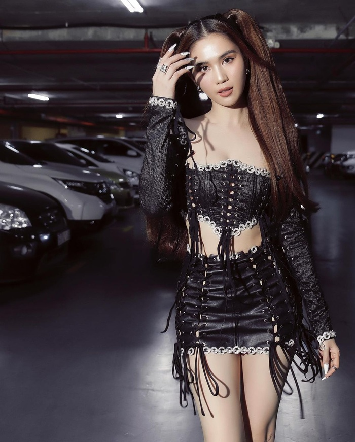 Mặc váy ngắn như gang tay, Ngọc Trinh dùng mẹo cực hay để tránh lộ nội y khi xuống xe Ảnh 9