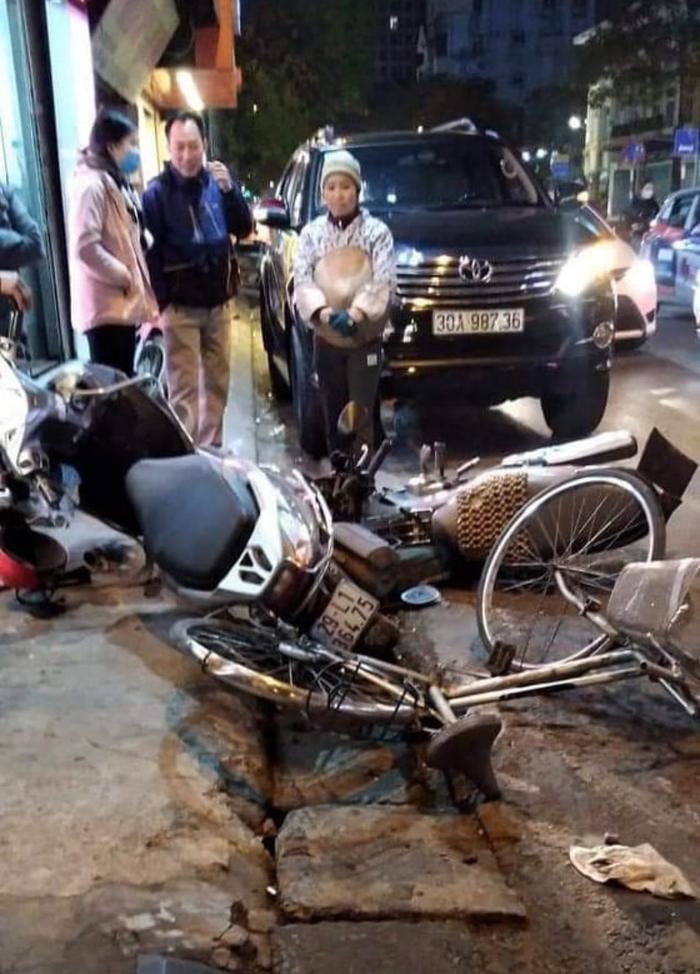 Nữ tài xế lái Fortuner gây tai nạn liên hoàn, tông liên tiếp 6 xe máy trên phố