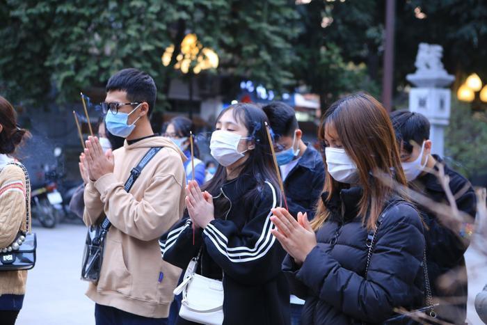Mùng 1 cuối cùng của năm, giới trẻ đổ xô đi chùa Hà cầu có người yêu trước Tết Nguyên đán Ảnh 8